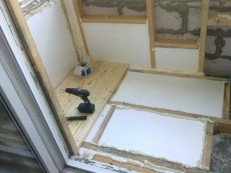 Процесс утепления пола и стен балкона пенопластом