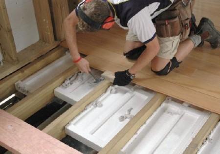 Монтаж финишного покрытия пола на балконе