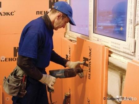 Процесс монтажа пеноплекса на стену балкона