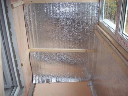 Смонтированная на балконе теплоизоляция