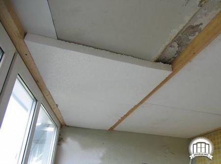 Монтаж пенопласта на потолок балкона