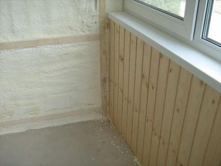 Нанесение пенополиуретана на стены лоджии
