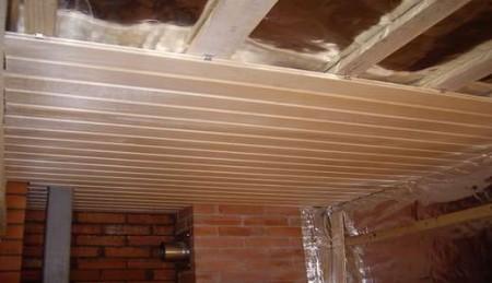 Чистовая обшивка потолка