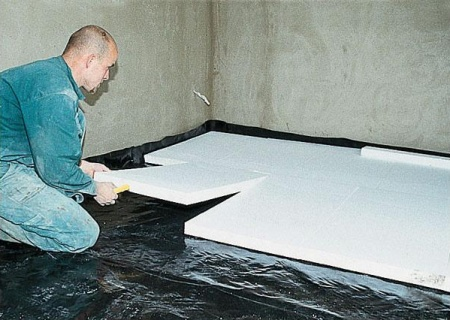 Раскладывание листов пенокласта по полиэтиленовой пленке