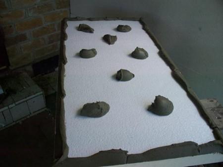 Пенопластом обшивают потолок изнутри