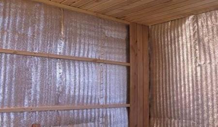Стены, обшитиые пароизоляционной пленкой