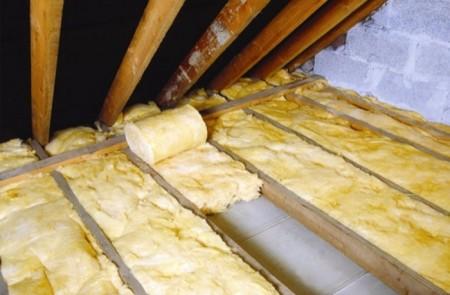 Потолок можно утеплить по чердаку