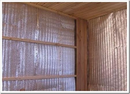 Утепленные стены надо гидроизолировать пленкой или фольгой
