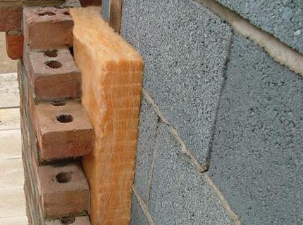 Баню из блоков утепляют снаружи