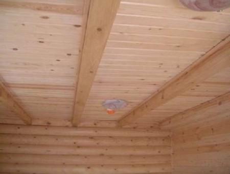 Утепленный потолок экономит тепло в бане