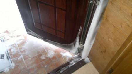 Неутепленная металлическая дверь зимой становится проводником холода в дом