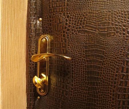Утепленная металлическая дверь. обшитая кожезаменителем
