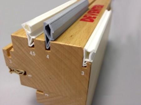 Один из способов установки уплотниеля - в паз