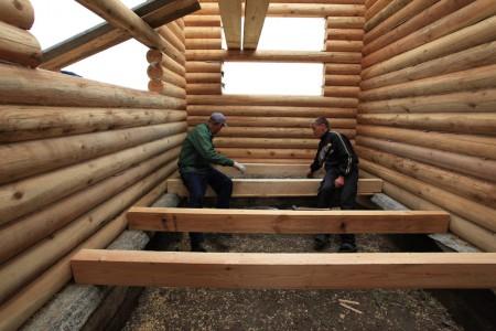 Как правило, при строительстве деревянных домов его поднимают над землей и делают систему двойного пола