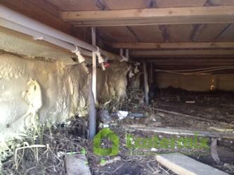 Утепленный пеной подпол дома на сваях
