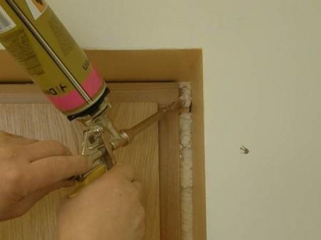 Все стыки между коробкой и стеной надо тщательно заделать