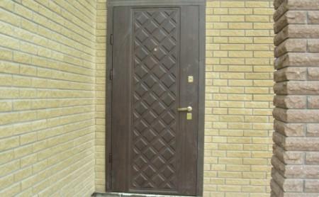 Входные двери в частном доме также нуждаются в утеплении