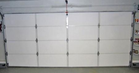Утепленные пенопластом ворота гаража