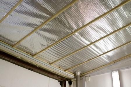 Обшивка потолка изоляционным материалом по утеплителю